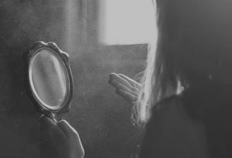 black-and-white-girl-mirror-photography-Favim.com-513022