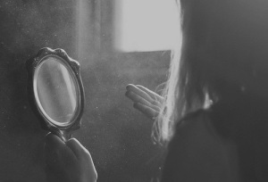 black-and-white-girl-mirror-photography-Favim.com-513022